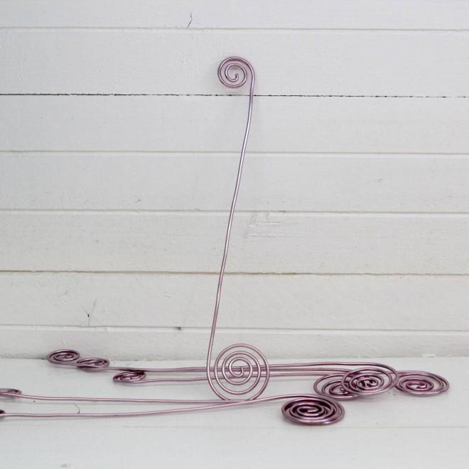 broches en fil aluminium rose pour ronds de serviettes de mariage