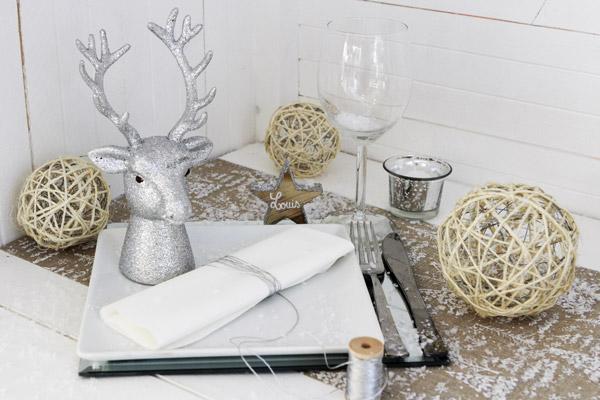 Décoration de table de Noël ou réveillon argentée