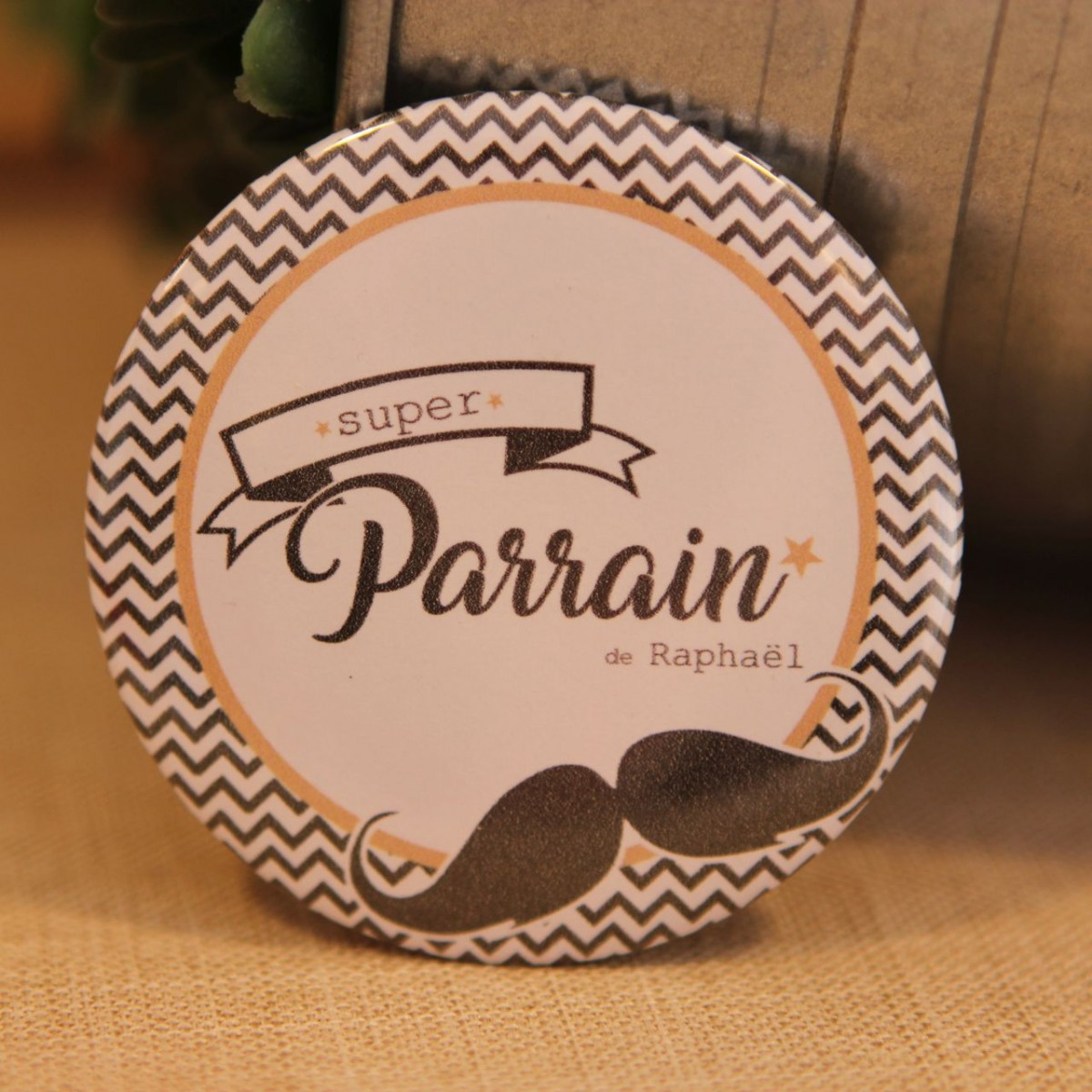 badge personnalisable moustache pour parrain. Black Bedroom Furniture Sets. Home Design Ideas