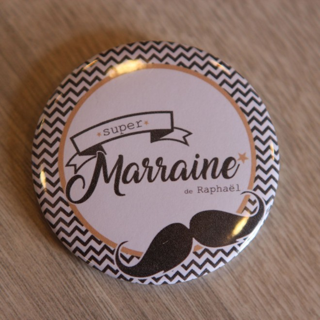 badge personnalisable moustache pour marraine. Black Bedroom Furniture Sets. Home Design Ideas