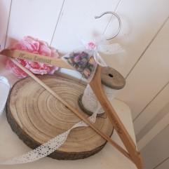 Cintre en bois et pochon bouton de rose