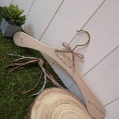 Cintre en bois personnalisable
