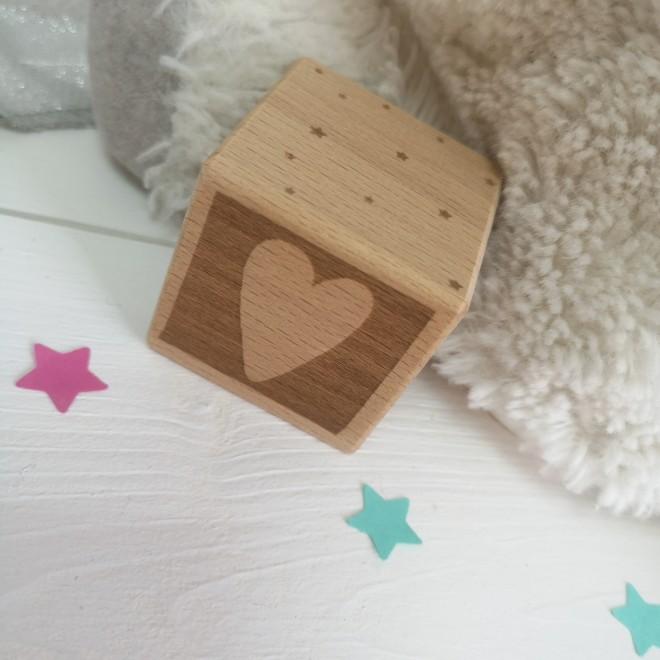 1 Cube en bois coeur